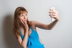 Muchacha bonita que toma el selfie Foto de archivo