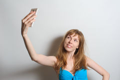 Muchacha bonita que toma el selfie Imágenes de archivo libres de regalías
