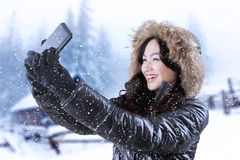 Muchacha bonita que toma la foto del selfie Imágenes de archivo libres de regalías