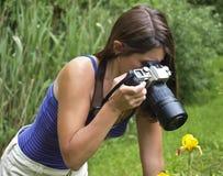 Muchacha bonita que toma los cuadros/que fotografían fotos de archivo
