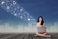 Muchacha bonita que usa el ordenador portátil para buscar en línea Imágenes de archivo libres de regalías