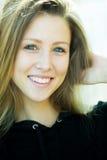 Muchacha bonita sonriente alegre Imagen de archivo