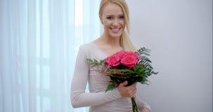 Muchacha bonita sorprendida con el ramo de flores almacen de metraje de vídeo