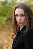 Muchacha bonita triste en parque de la caída Foto de archivo