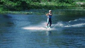 Muchacha bonita wakeboarding en el río del verano Esquí acuático practicante de la mujer almacen de video