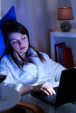 Muchacha borracha que duerme con el ordenador portátil Fotografía de archivo libre de regalías