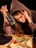 Muchacha borracha que sostiene la botella de vodka Fotografía de archivo