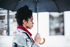 Muchacha brasileña con el paraguas Fotografía de archivo
