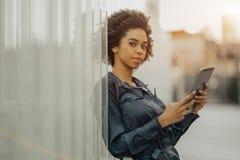 Muchacha brasileña con una PC de la tableta al aire libre Fotografía de archivo