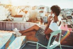 Muchacha brasileña en el balcón que habla en el teléfono Imágenes de archivo libres de regalías