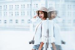 Muchacha brasileña en el sombrero con la cámara de la foto del vintage al aire libre Fotos de archivo libres de regalías
