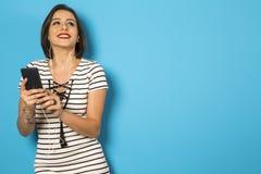 Muchacha brasileña hermosa que disfruta de música con los teléfonos principales Imagen de archivo libre de regalías
