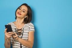 Muchacha brasileña hermosa que disfruta de música con los teléfonos principales Fotos de archivo