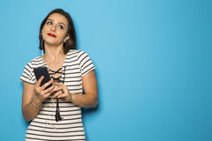Muchacha brasileña hermosa que disfruta de música con los teléfonos principales Fotografía de archivo
