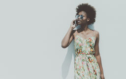 Muchacha brasileña negra hermosa joven que habla en smartphone Imágenes de archivo libres de regalías