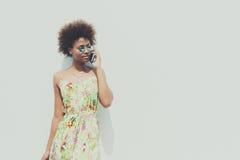 Muchacha brasileña negra hermosa joven que habla en smartphone Imagen de archivo