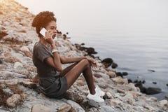 Muchacha brasileña que habla en el teléfono cerca del río Fotos de archivo libres de regalías