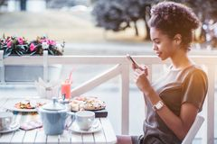 Muchacha brasileña sonriente que toma imágenes de su comida en café Fotos de archivo libres de regalías