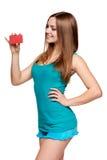 Muchacha brillante adolescente que sostiene la tarjeta de crédito Foto de archivo