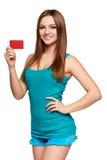 Muchacha brillante adolescente que sostiene la tarjeta de crédito Imagenes de archivo
