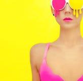 muchacha en vidrios coloridos exclusivos Imágenes de archivo libres de regalías