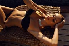 Muchacha bronceada atractiva hermosa con el pelo rubio en bikini elegante Fotografía de archivo