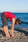 Muchacha bronceada delgada que juega a bádminton en la playa Imagen de archivo