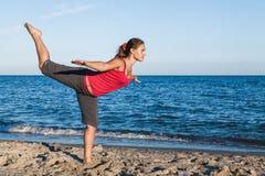 Muchacha bronceada delgada que juega a bádminton en la playa Foto de archivo