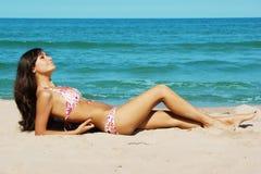 Muchacha bronceada en la playa Fotografía de archivo