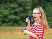 Muchacha-burbujas adolescentes Imagenes de archivo