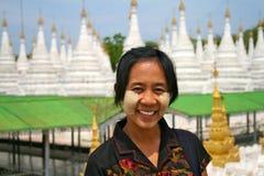 Muchacha Burmese sonriente Imagenes de archivo