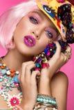 Muchacha cómica divertida con maquillaje brillante en el estilo del arte pop Imagen creativa Cara de la belleza fotos de archivo