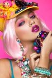 Muchacha cómica divertida con maquillaje brillante en el estilo del arte pop Imagen creativa Cara de la belleza fotos de archivo libres de regalías