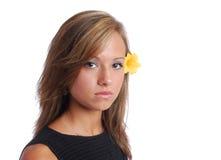 Muchacha cabelluda oscura con la flor amarilla Imágenes de archivo libres de regalías