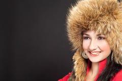 Muchacha cabelluda oscura hermosa en sombrero de piel del invierno Imagenes de archivo