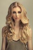 Muchacha cabelluda rubia de moda Imagen de archivo libre de regalías