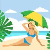 Muchacha caliente en una playa debajo del paraguas Imágenes de archivo libres de regalías