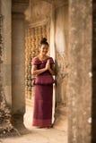 Muchacha camboyana en vestido del Khmer en Angkor Wat fotos de archivo