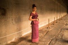 Muchacha camboyana en vestido del Khmer por arte tallado en Angkor Wat foto de archivo libre de regalías