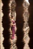Muchacha camboyana en vestido del Khmer a través de una ventana en Angkor Wat Fotografía de archivo