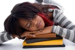 Muchacha cansada de la escuela que duerme con sus libros Fotografía de archivo