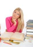 muchacha cansada del estudiante con las porciones de pensamiento de los libros Fotografía de archivo libre de regalías