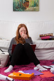 Muchacha cansada durante estudiar Imagenes de archivo