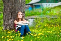 Muchacha cansada en el parque con los libros Fotografía de archivo