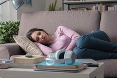 Muchacha cansada en el sofá Foto de archivo