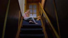 Muchacha cansada en las escaleras metrajes