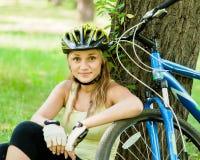 Muchacha cansada pero feliz después de montar una bicicleta Imágenes de archivo libres de regalías