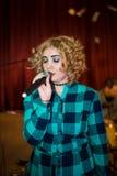 Muchacha cantante con el micrófono imagenes de archivo