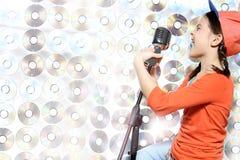 Muchacha cantante en el casquillo anaranjado Fotos de archivo libres de regalías