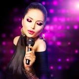 Muchacha cantante hermosa Fotos de archivo libres de regalías